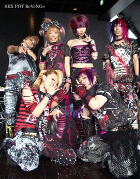 Gothique lolita est un look japonais ayant un fin rapport avec le style gothique occidental, cest apparu durant les années 1990 au japon mais ses origines