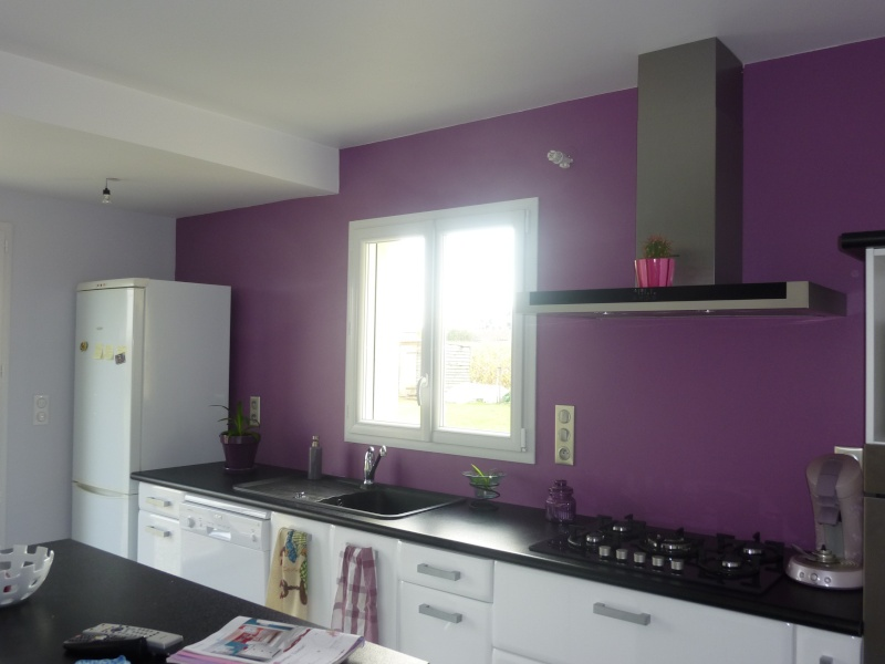 Dco murale cuisine une cuisine rouge ouverte sur un salon for Cuisine qui ne ressemble pas a une cuisine